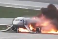 Ударился, подпрыгнул и загорелся: обнародовали полное видео смертельного приземления самолета в 'Шереметьево'