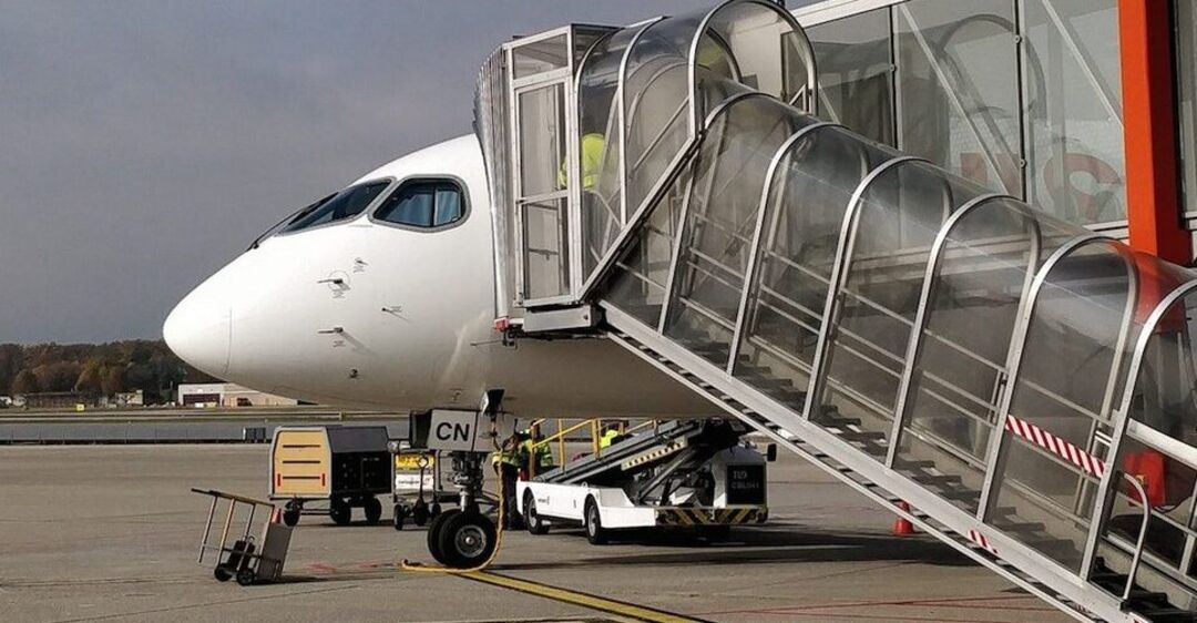 Летела в Крым: пьяная пенсионерка устроила дебош с кулаками в самолете