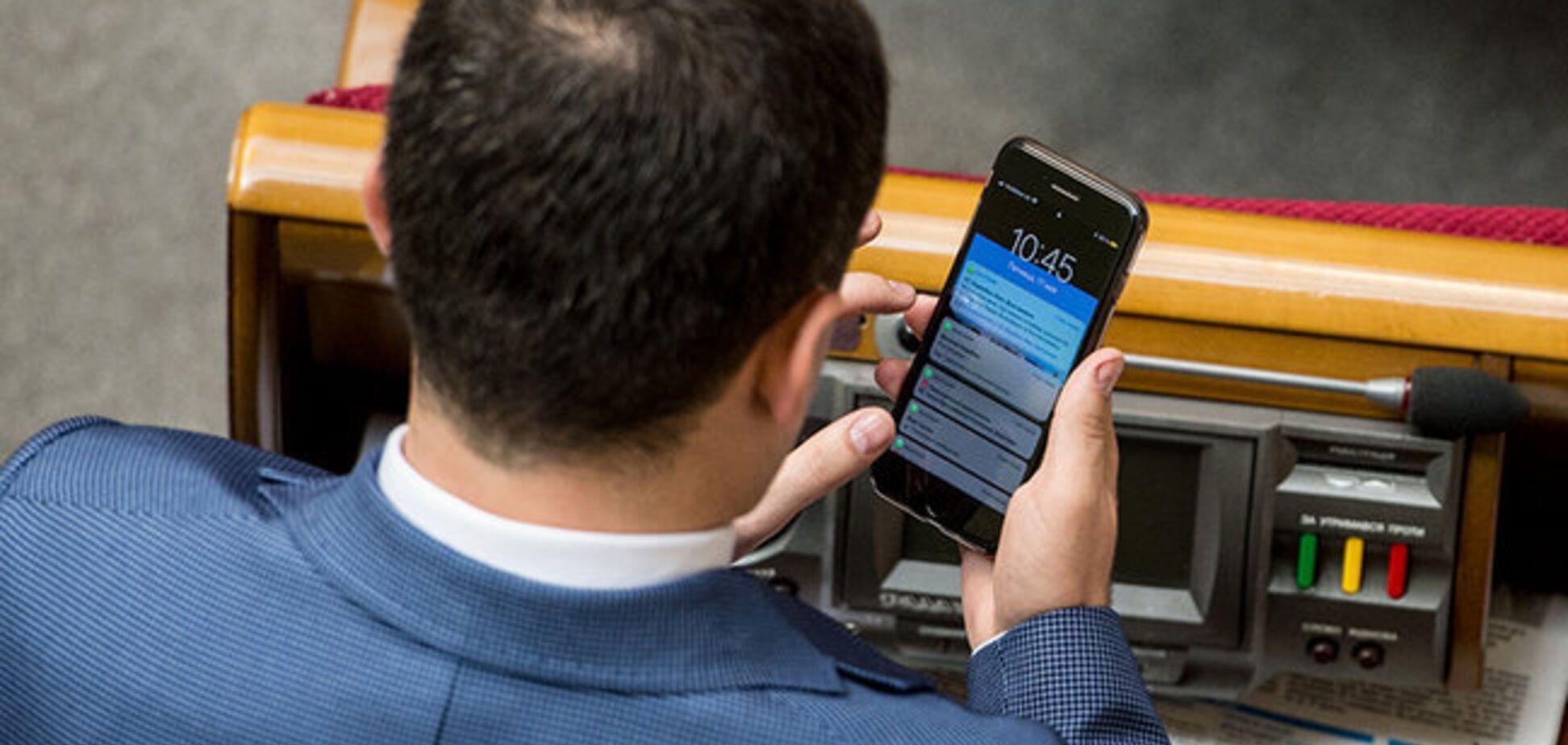 'Шеф дрюкає': нардеп від БПП 'спалився' в Раді з SMS про Зеленського. Фотофакт