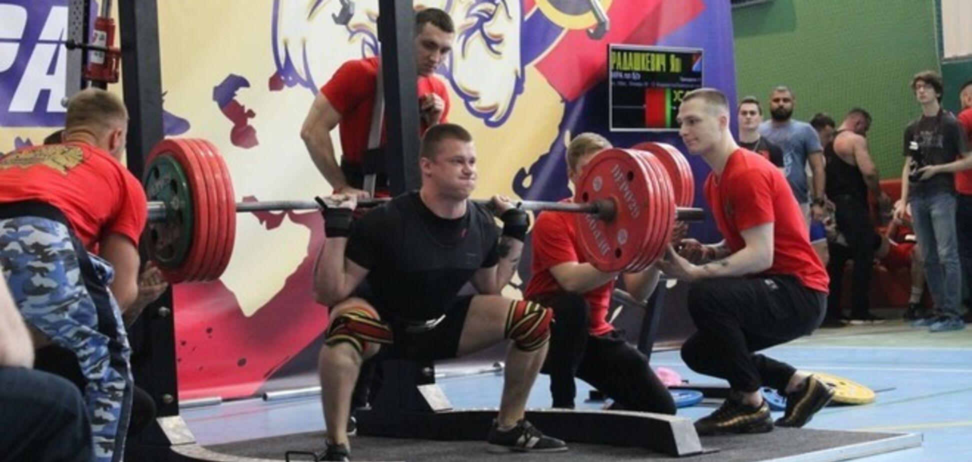 У Росії атлет зламався, присідаючи зі штангою: жахливий момент потрапив на відео