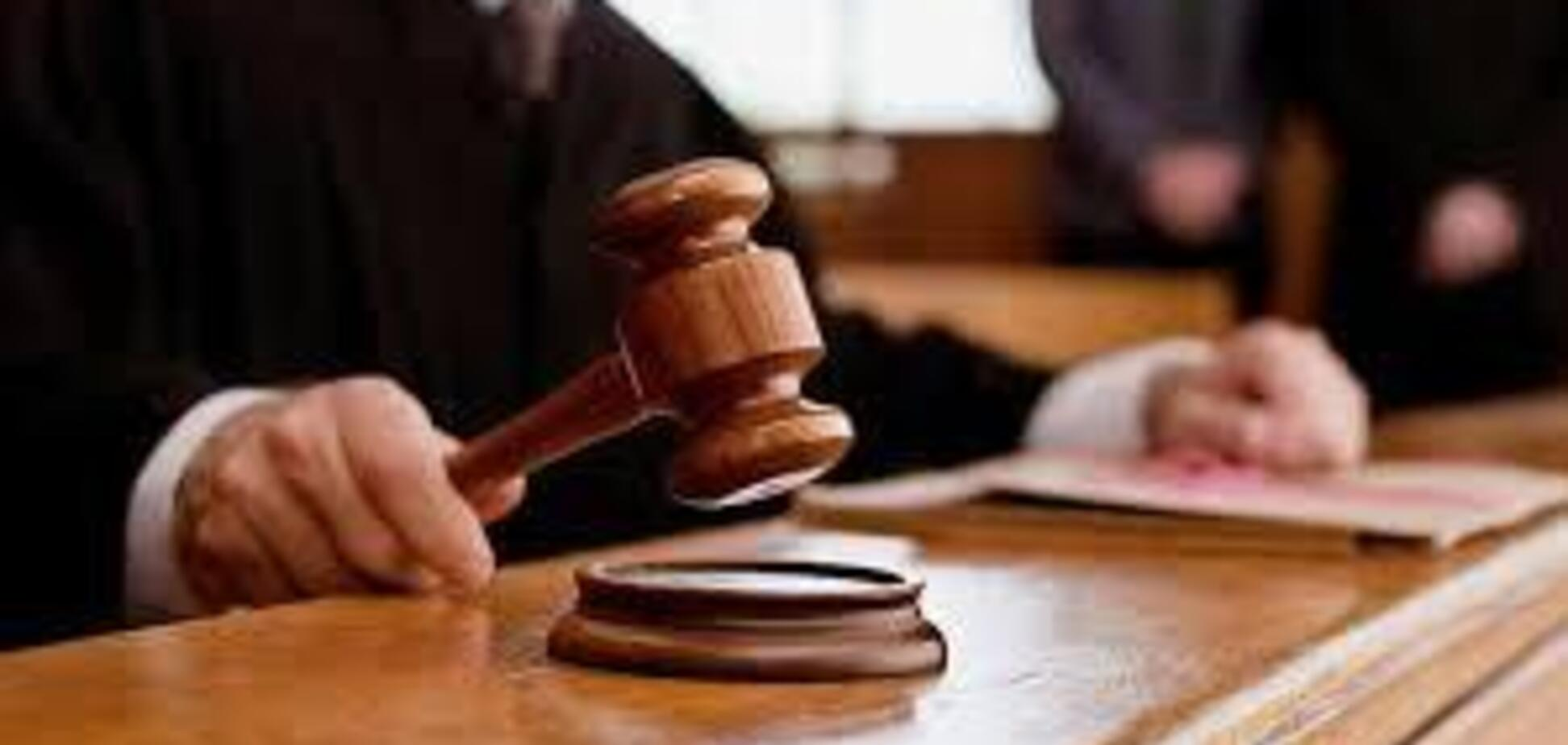 Получил взятку и прятался 10 лет: в Украине суд отпустил на свободу осужденного чиновника