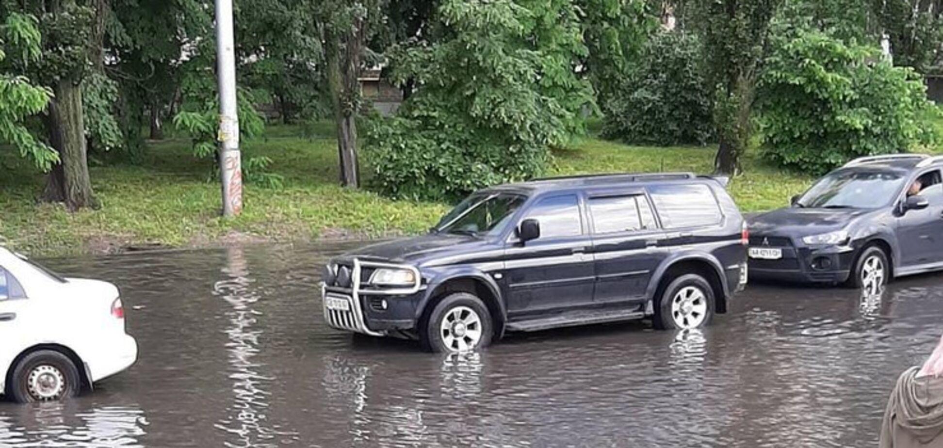 'Творится полный кошмар': в Киеве сильный ливень затопил улицы
