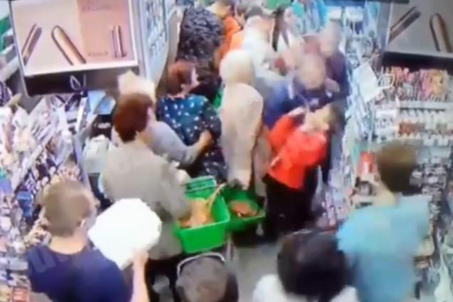 У супермаркеті Києва маніяк напав на дитину: відео