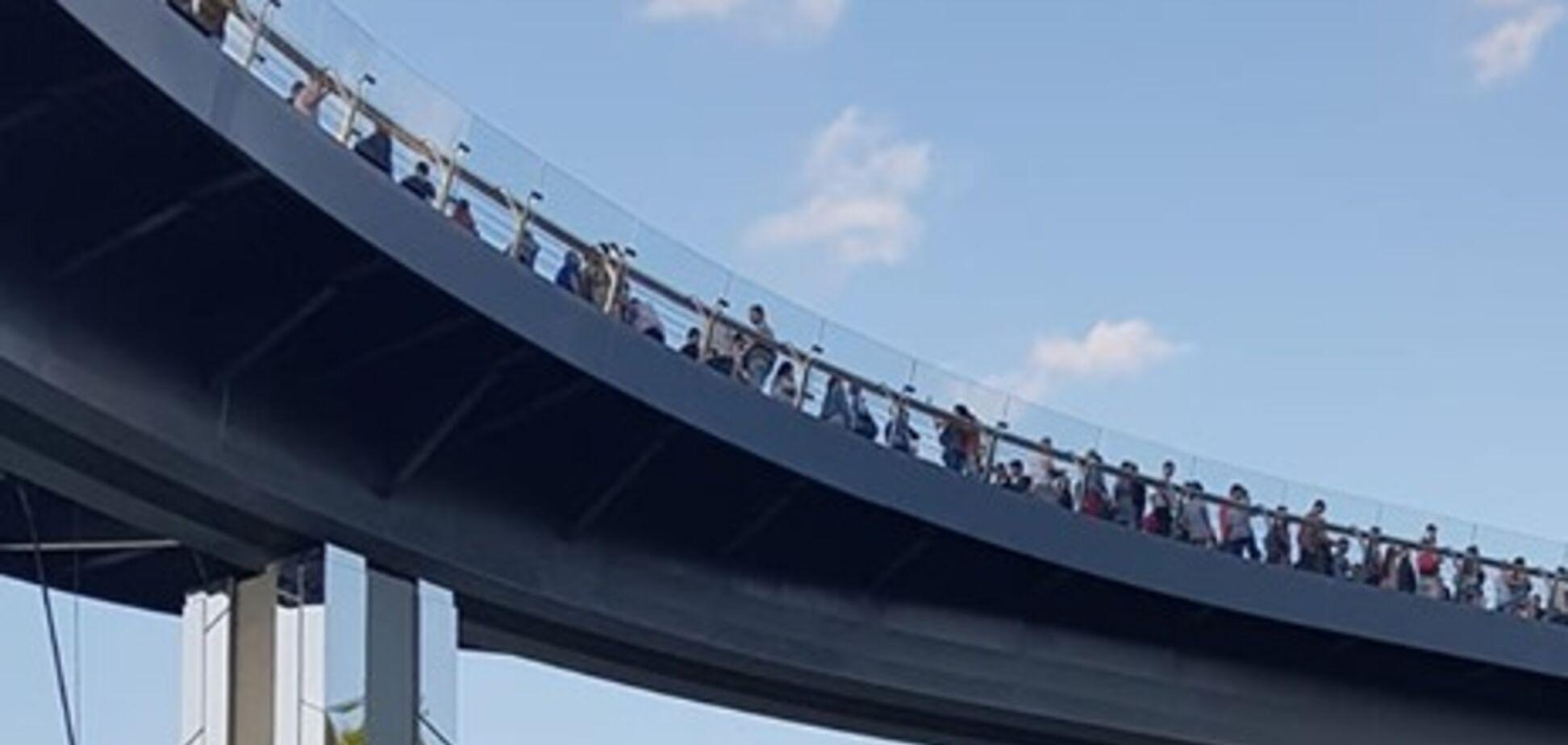 'Тремтить і хитається': кияни запанікували через тріснутий міст у Києві