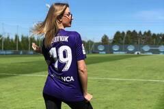'Встречаешься с футболистом?' Леся Никитюк озадачила образом игривой болельщицы