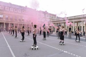 Femen влаштували масову акцію в центрі Парижа: фото і відео