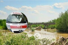 Несли на руках 2 км: на Прикарпатье молодая женщина умерла из-за разрушенного моста