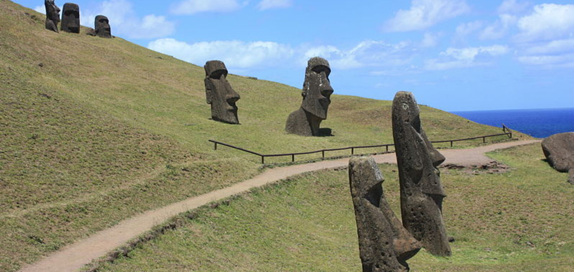 Туристы поставили на грань исчезновения древних идолов острова Пасхи
