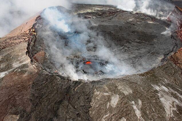 Летел 20 метров: на Гавайях турист попал в жуткое ЧП с вулканом