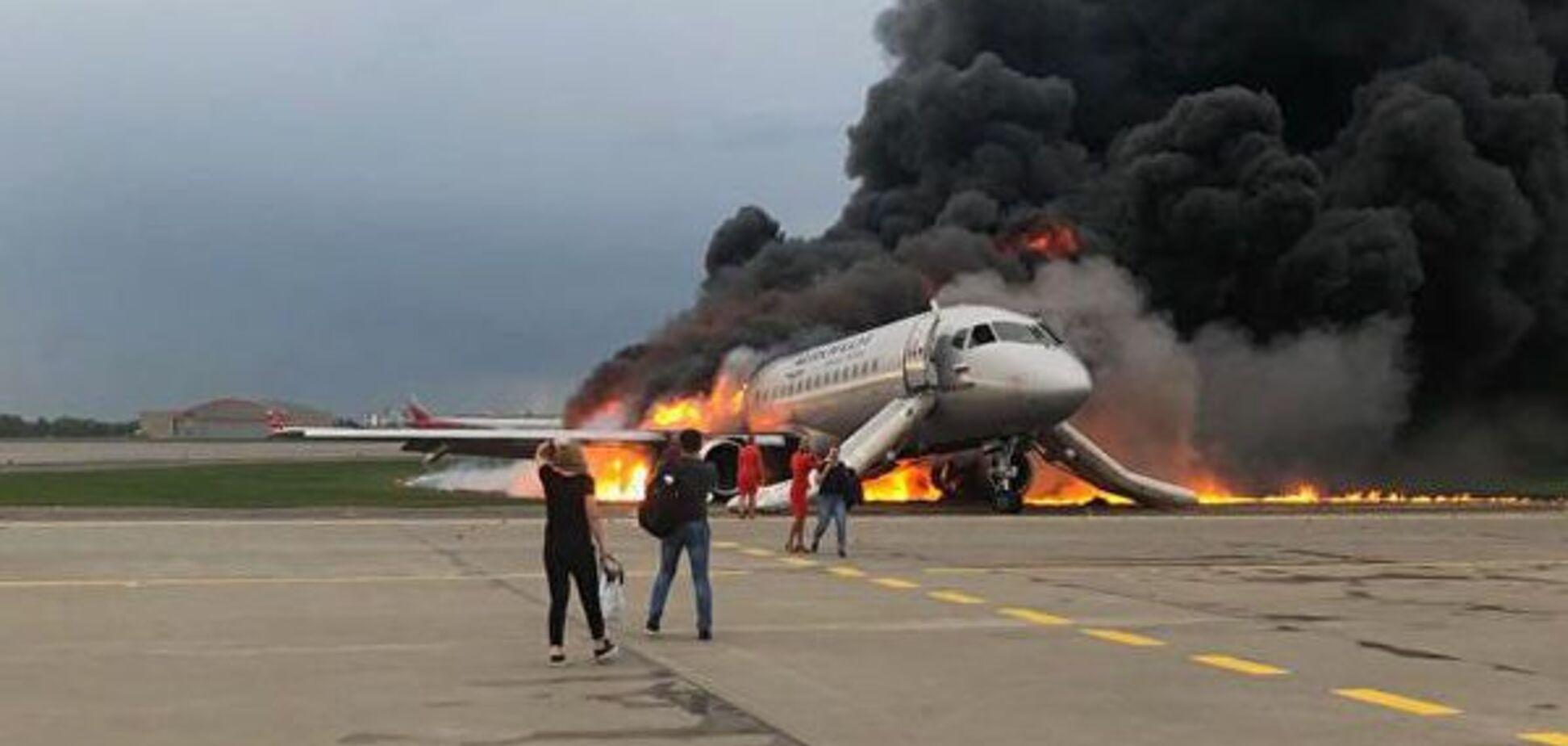 'Сел с огоньком!' В сеть слили скандальное видео с горящим самолетом и глумящимися сотрудниками 'Шереметьево'