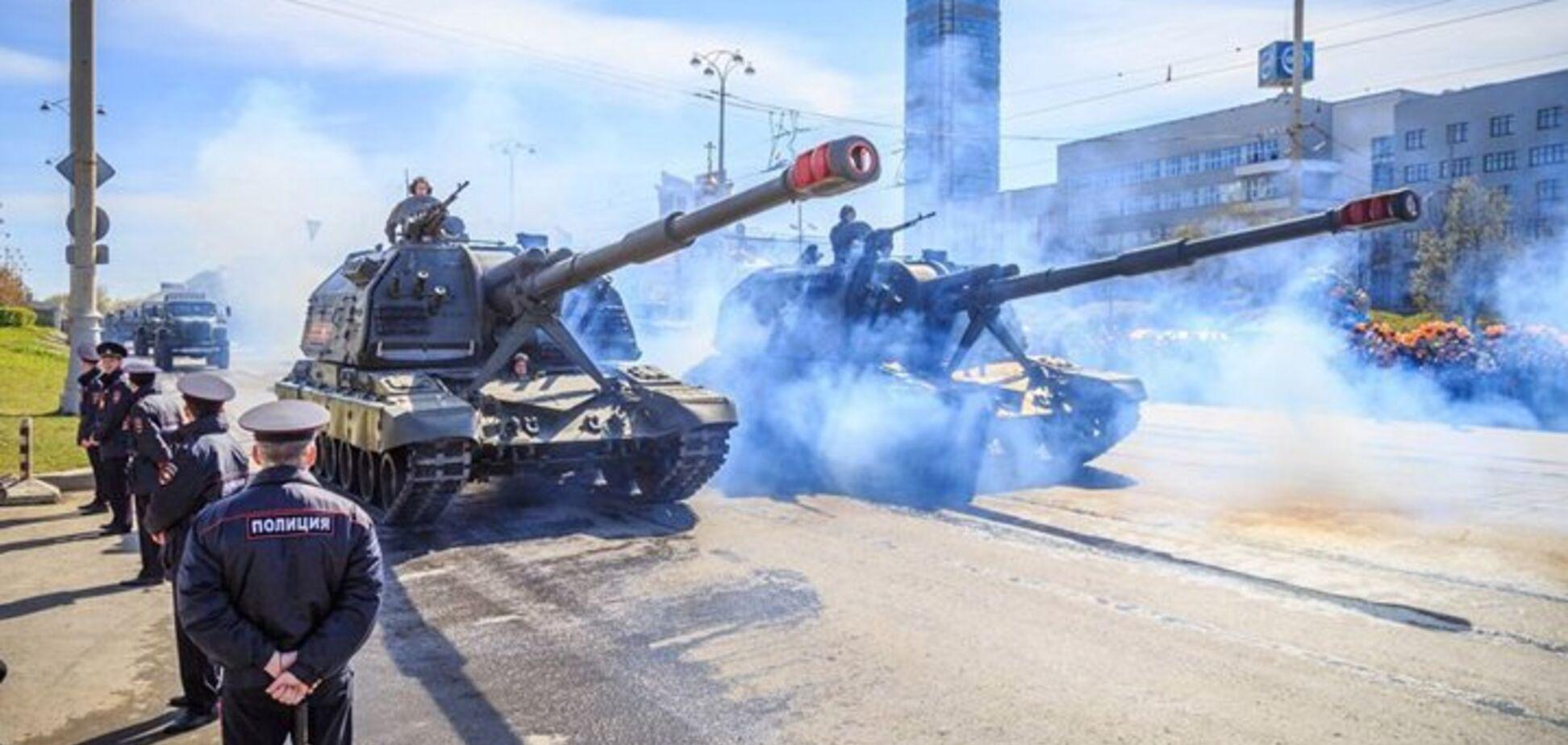 У центр Москви стягнули сотні танків і БТР: відео з 'Термінаторами' і 'Арматами'