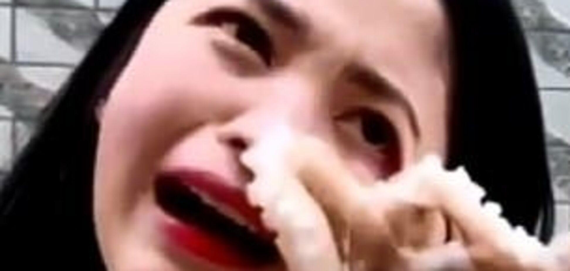 Дівчина їла восьминога, а він їв її: в мережі стало вірусним відео зі сутичкою блогера і морського монстра