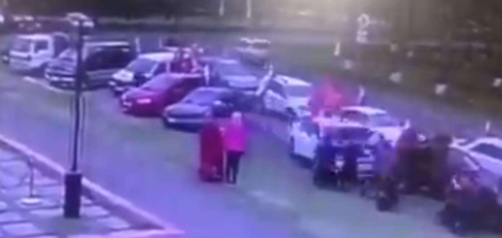 Мчав із людьми на капоті: у Росії учасник автопробігу до Дня Перемоги 'зніс' натовп. Жорсткі кадри
