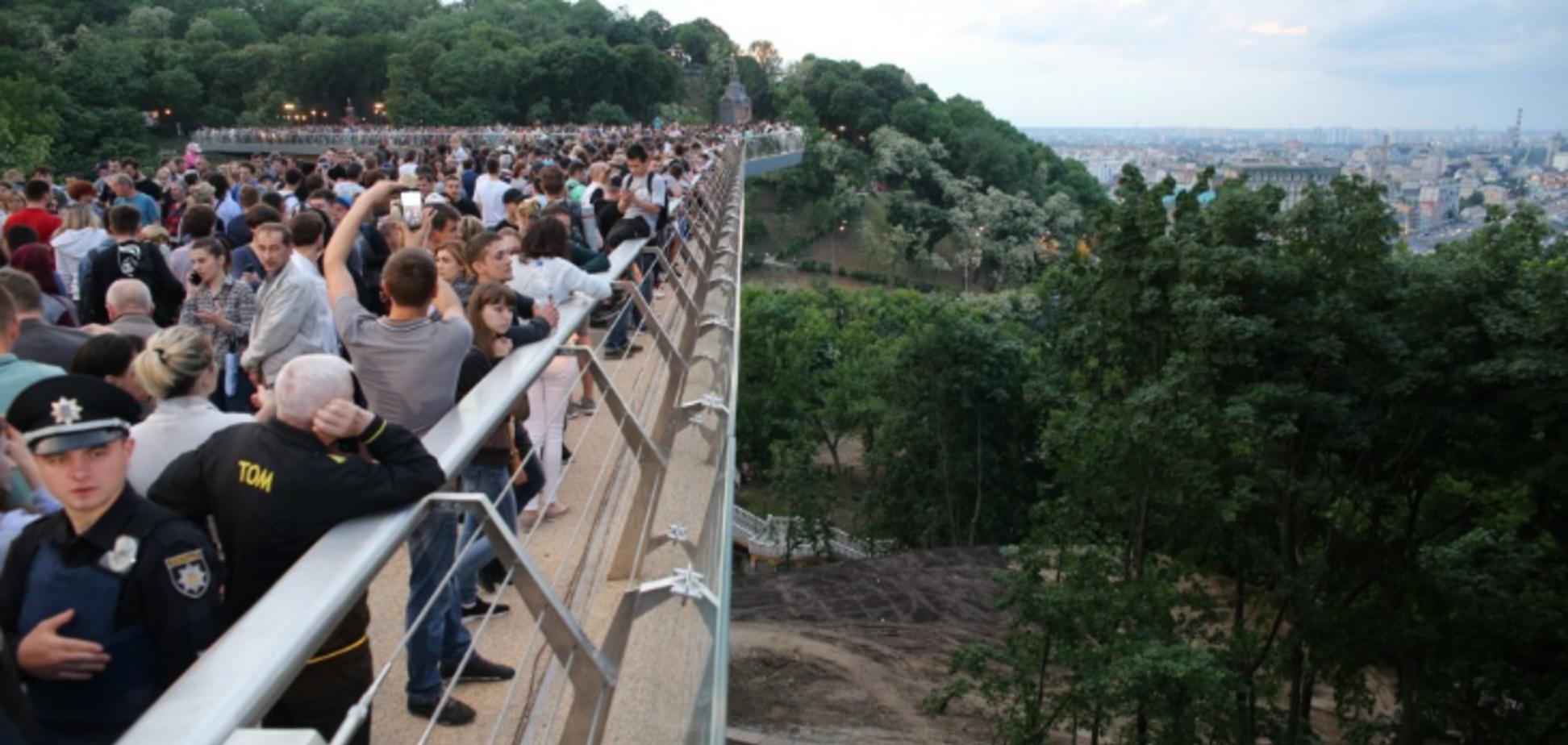Кличко рассказал, как решат проблему с вандалами на новом стеклянном мосту