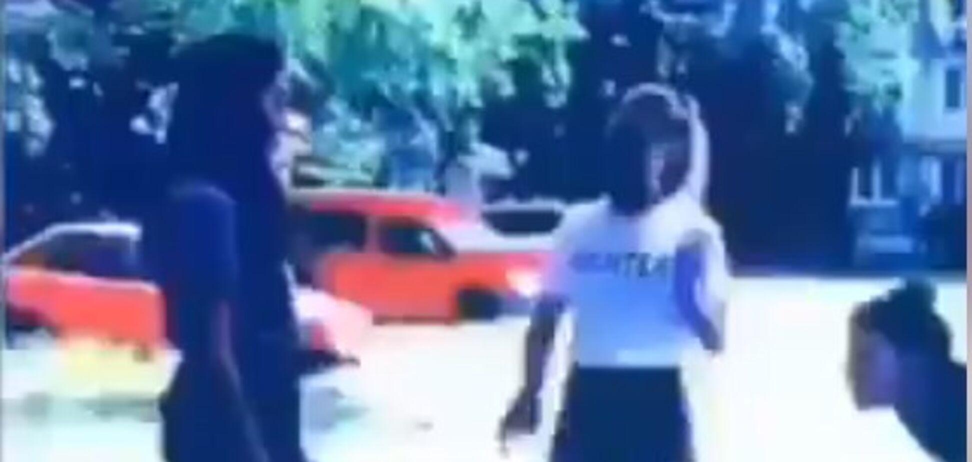 Ногами в живот и по голове: в Киеве жестоко избили школьницу. Видео