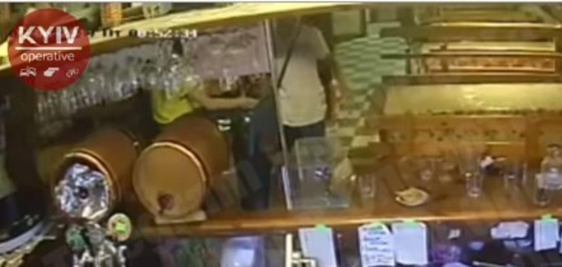 В кафе под Киевом с ножом напали на подростков: видео
