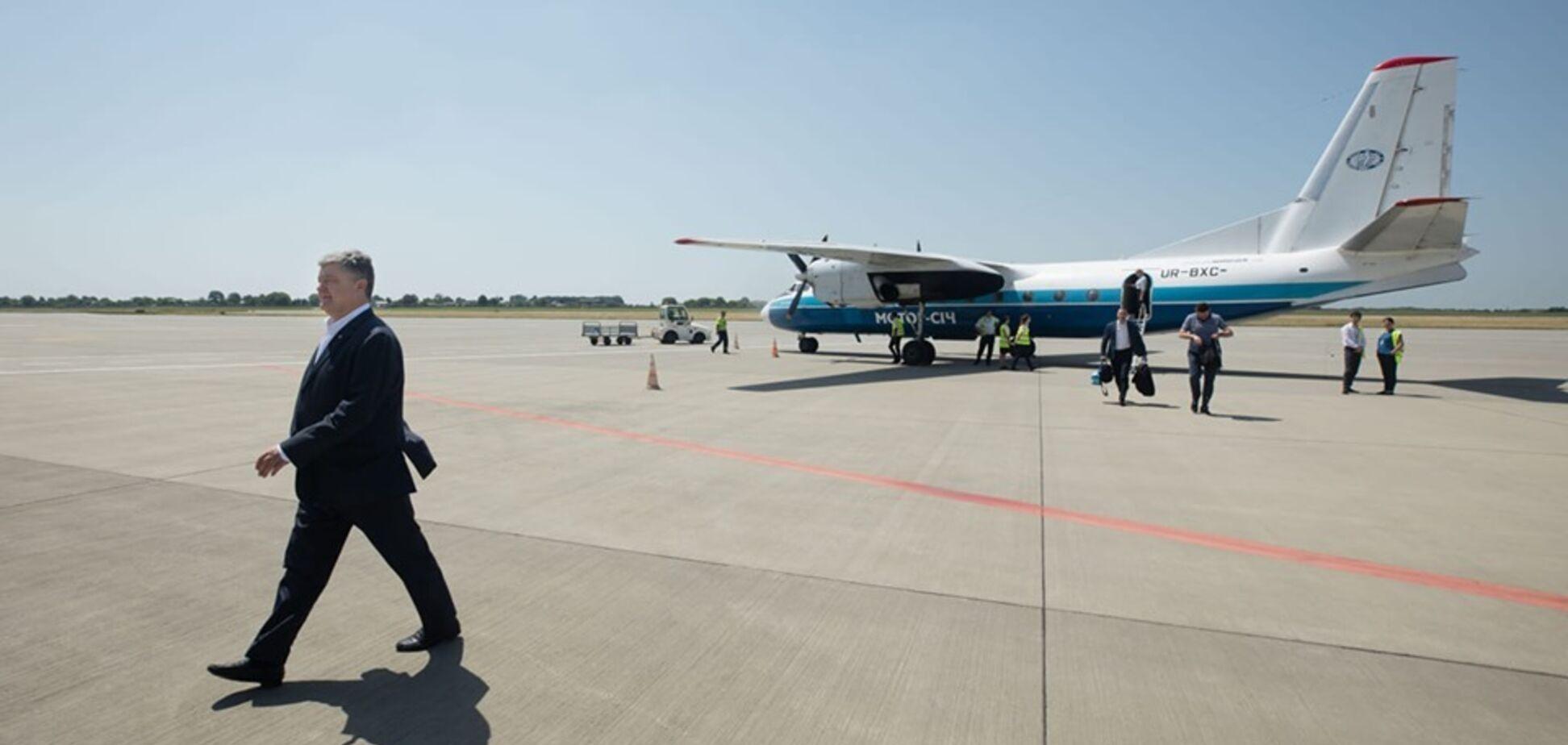 'Наш президент!' Порошенко удивил украинцев на рейсовом самолете. Фотофакт
