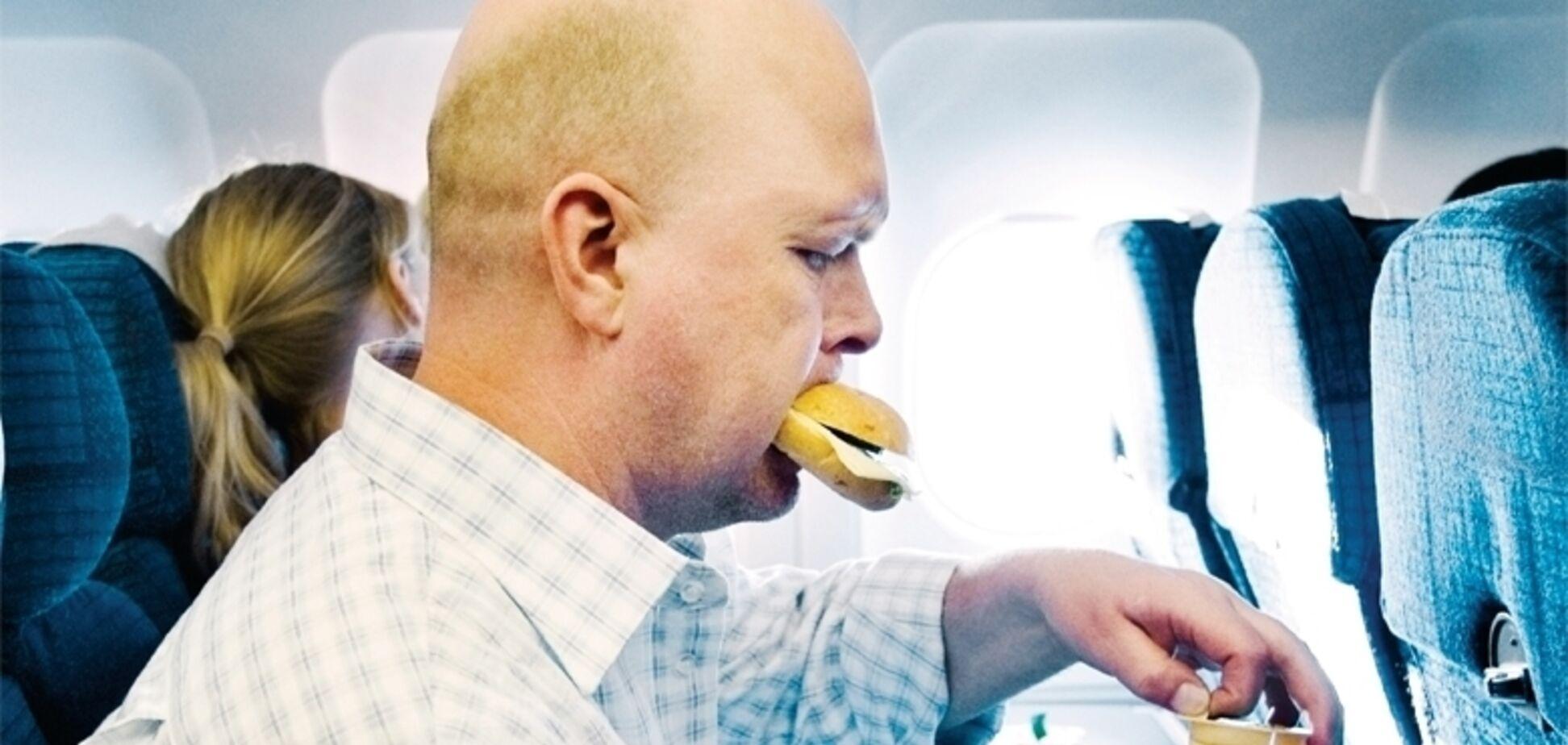 Ці п'ять продуктів ні в якому разі не можна їсти в літаку