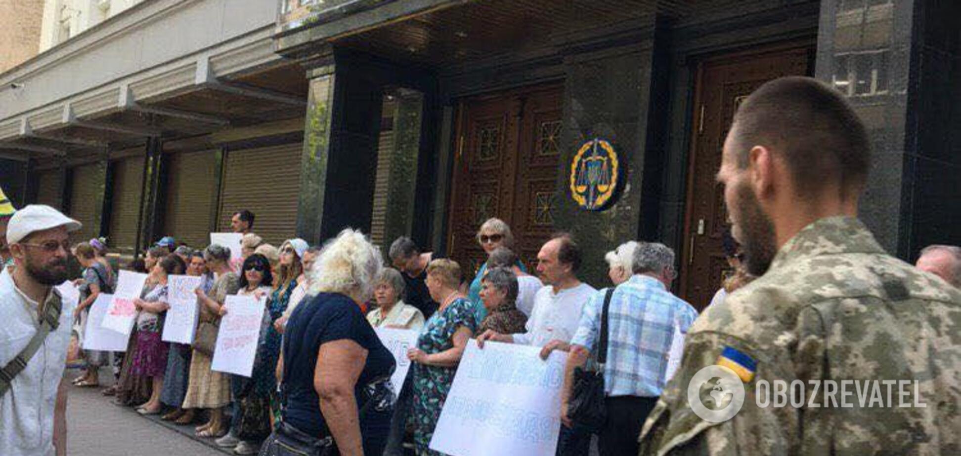 'За ґрати!' У Києві під ГПУ зібрався мітинг проти одіозного ексбійця 'Правого сектора'