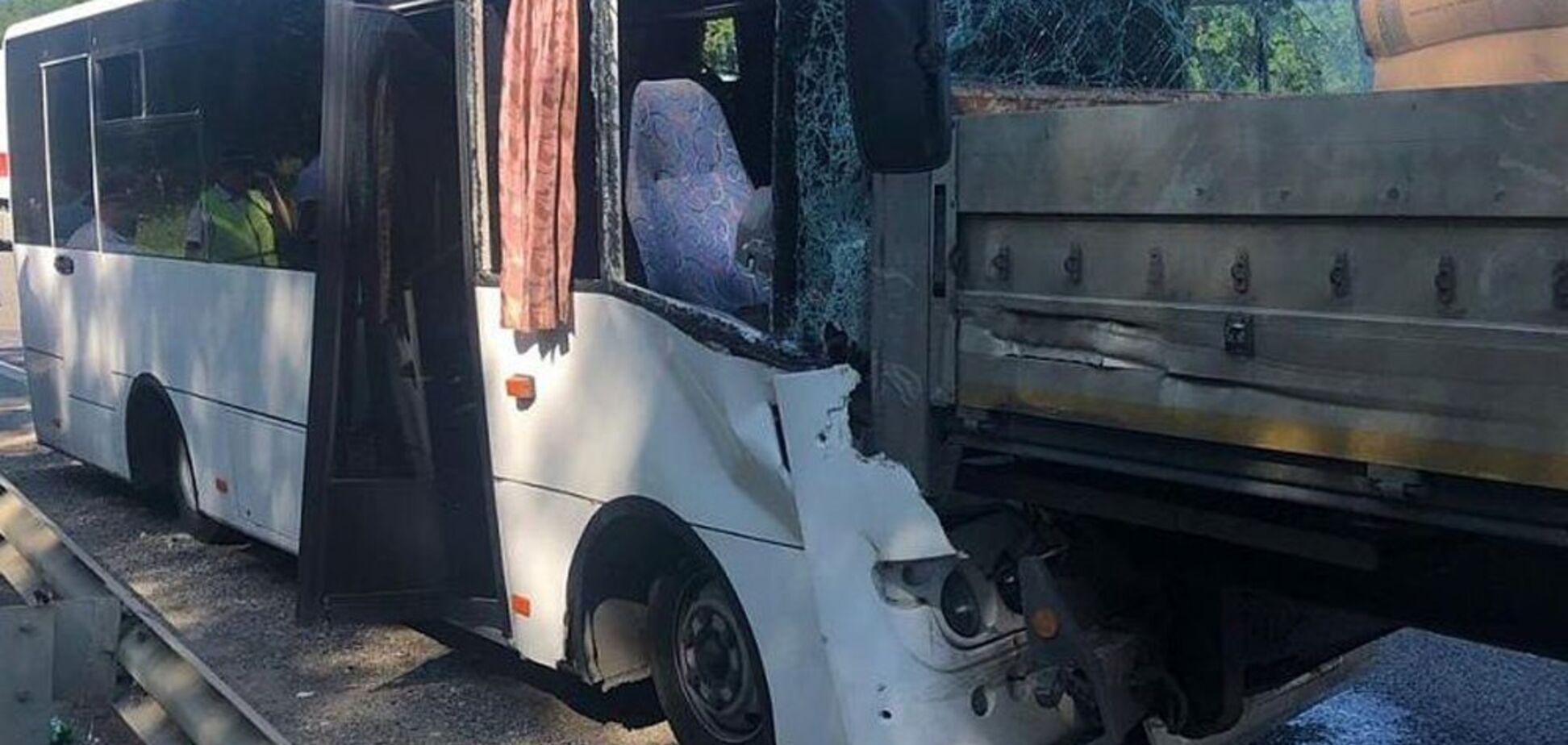 У Росії автобус із туристами на швидкості влетів у вантажівку: поранено 17 осіб