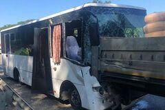 В России автобус с туристами на скорости влетел в грузовик: ранены 17 человек