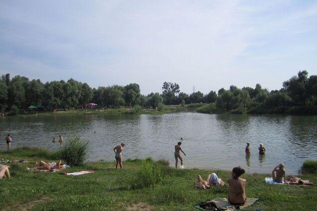 18 людей отруїлися після купання в озері