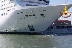 В Венеции круизный лайнер протаранил судно с пассажирами: фото и видео