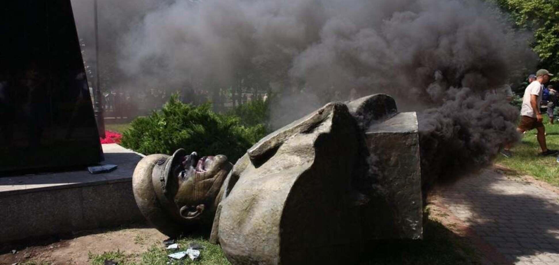 'Нацизм, воюють із мертвими!' Росіяни вибухнули через знищення пам'ятника Жукову в Харкові