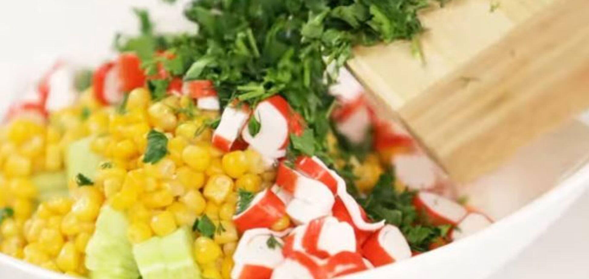 Салат из огурцов и крабовых палочек за 15 минут: простой рецепт с видео