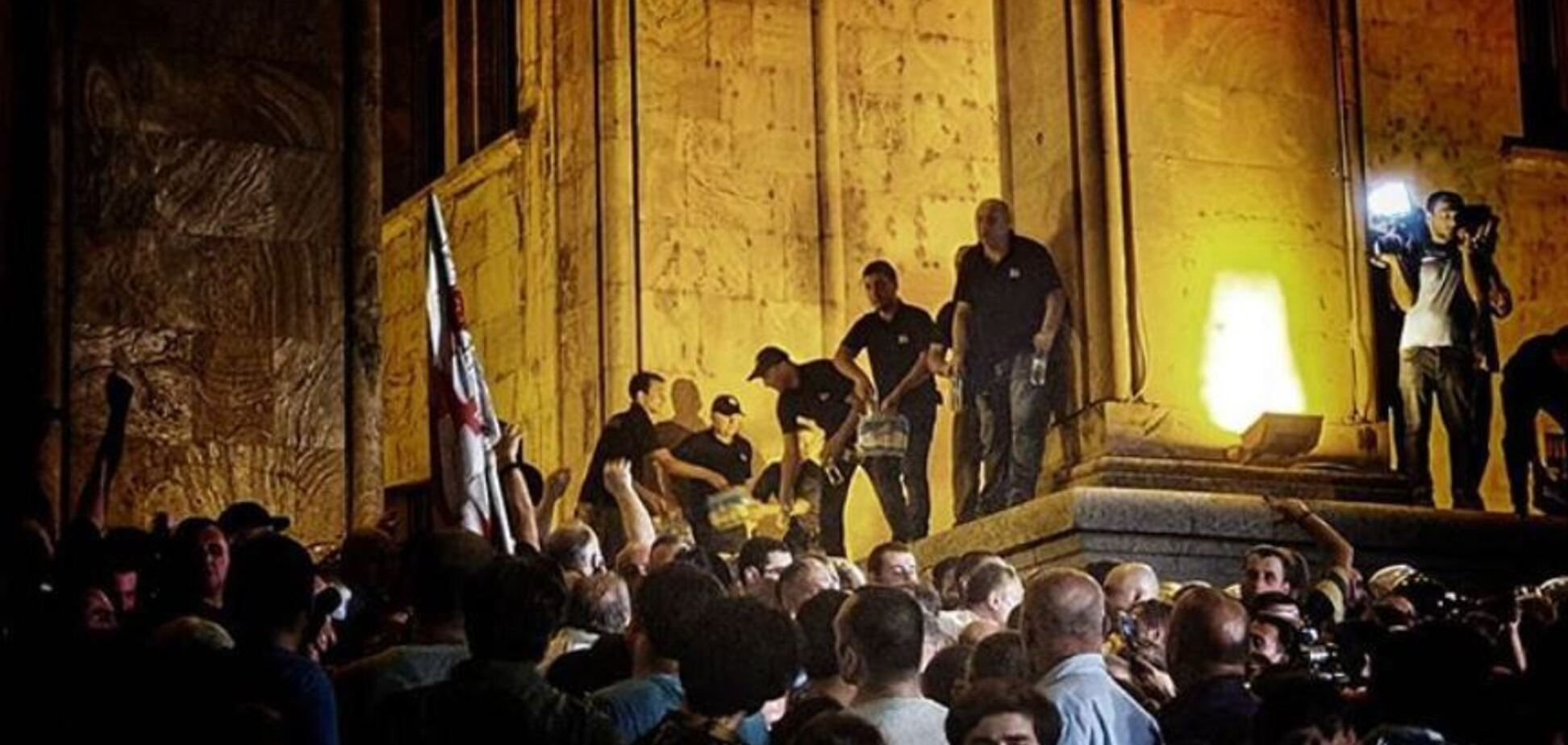 Антиросійські протести в Тбілісі: протестувальники увірвалися до будівлі парламенту