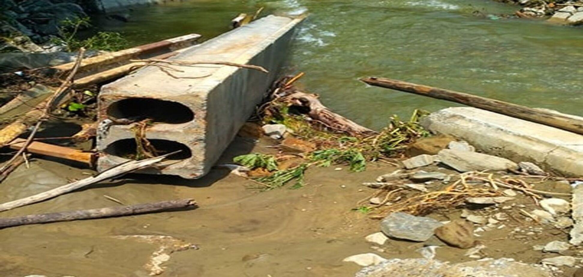 Моторошна стихія зруйнувала міст у Карпатах: фото наслідків