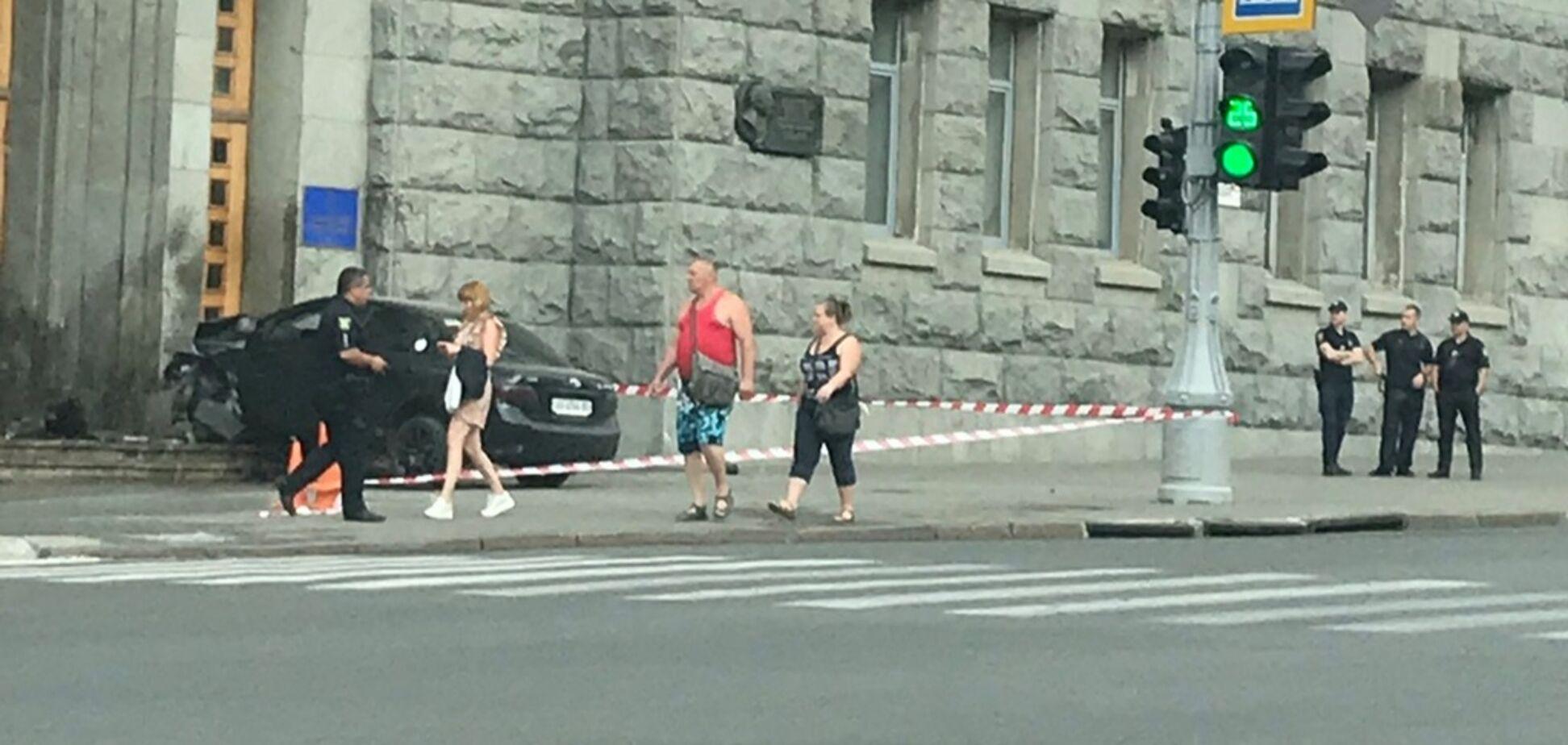 В Харькове машина на скорости протаранила мэрию: появилось видео ДТП