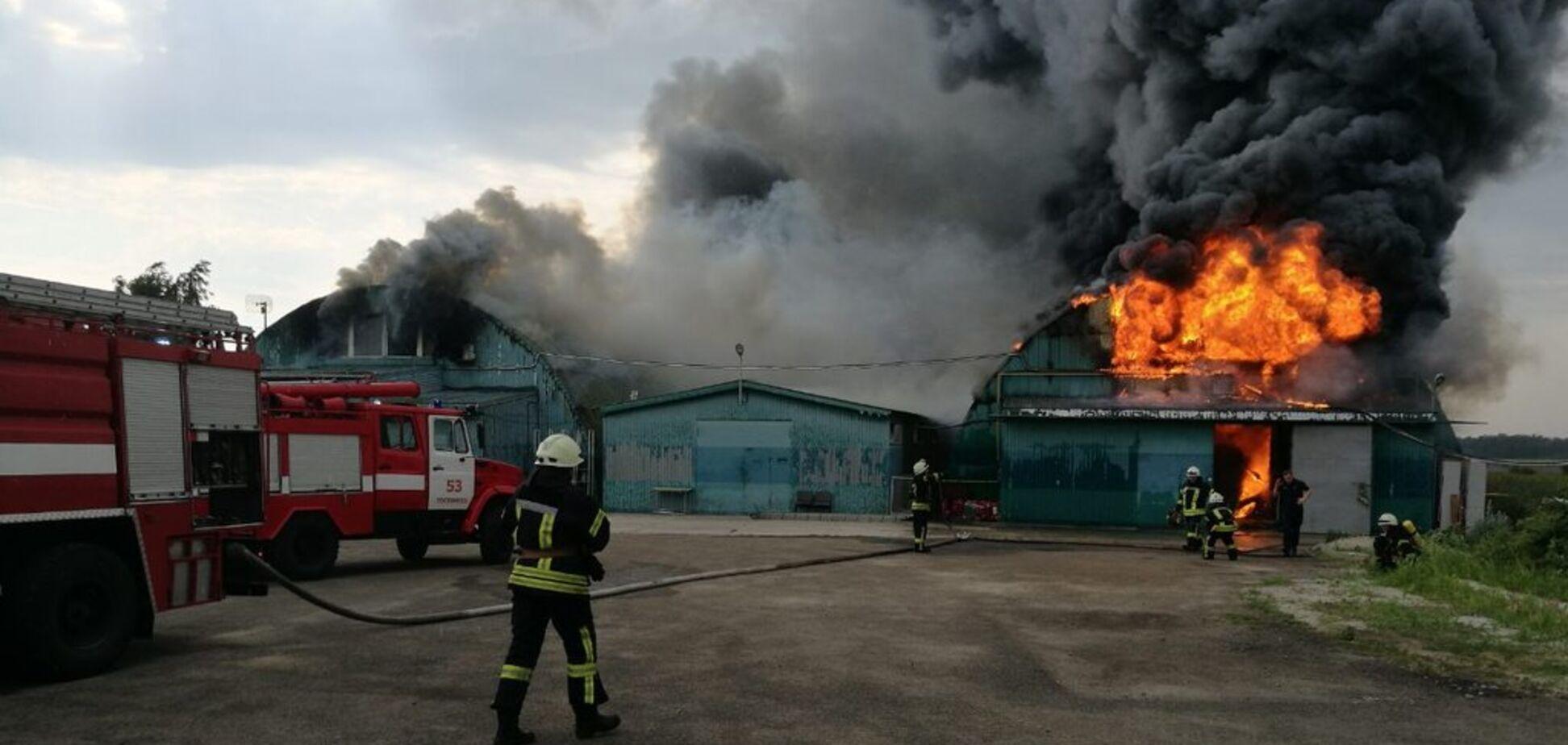 Под Киевом возле АЗС вспыхнул мощный пожар: первые фото и подробности