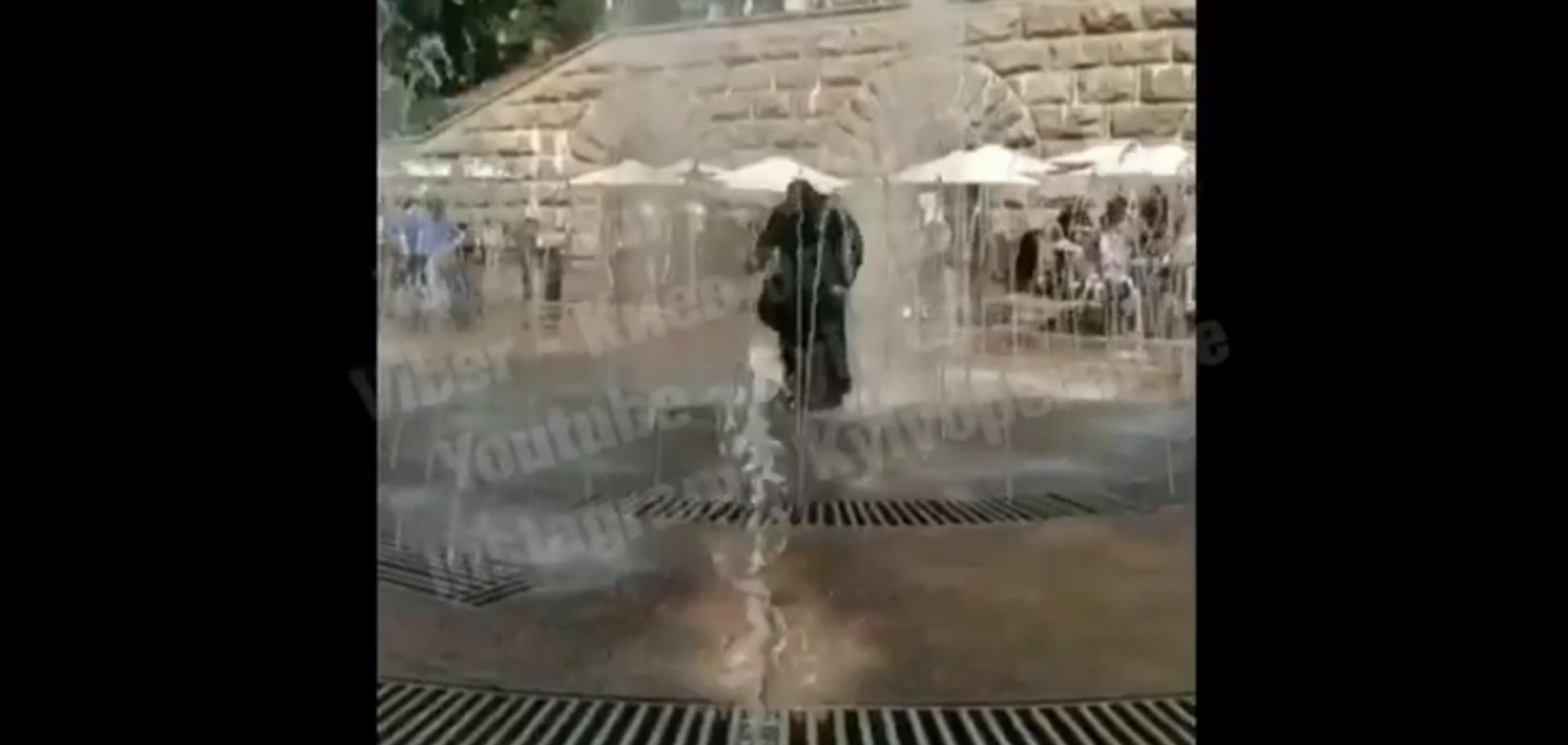 'Вода свята?' Відео зі священиком у фонтані в центрі Києва повеселило мережу