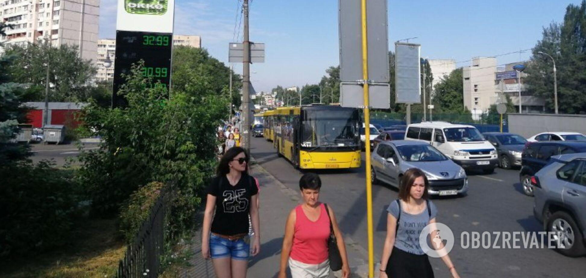 Змушені йти пішки! У Києві стався транспортний колапс