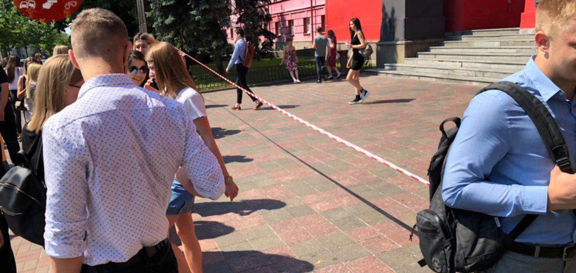 В Киеве эвакуировали университеты, супермаркеты и все роддома