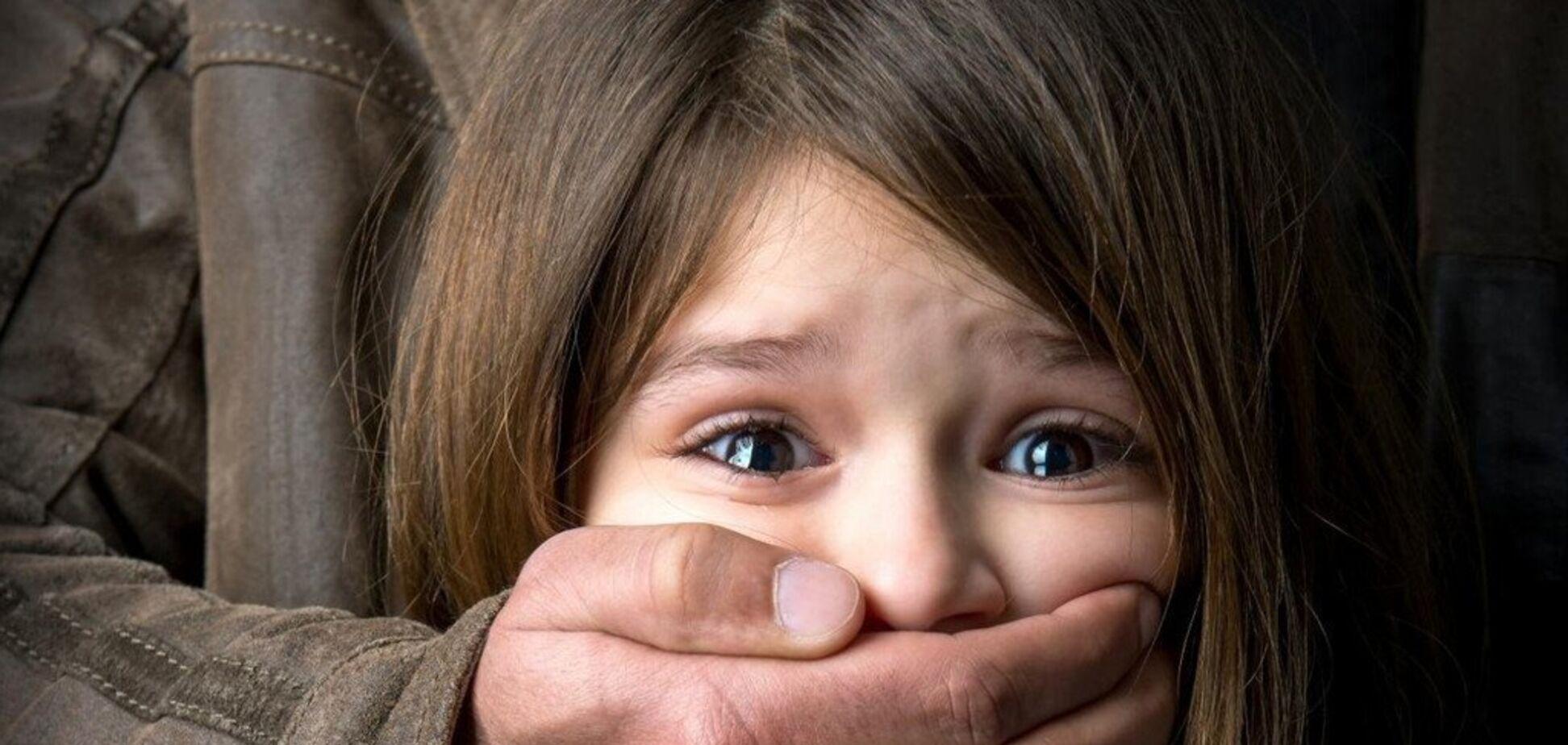 Раздел и повалил на кровать: на Черкасщине пытались изнасиловать 10-летнюю девочку