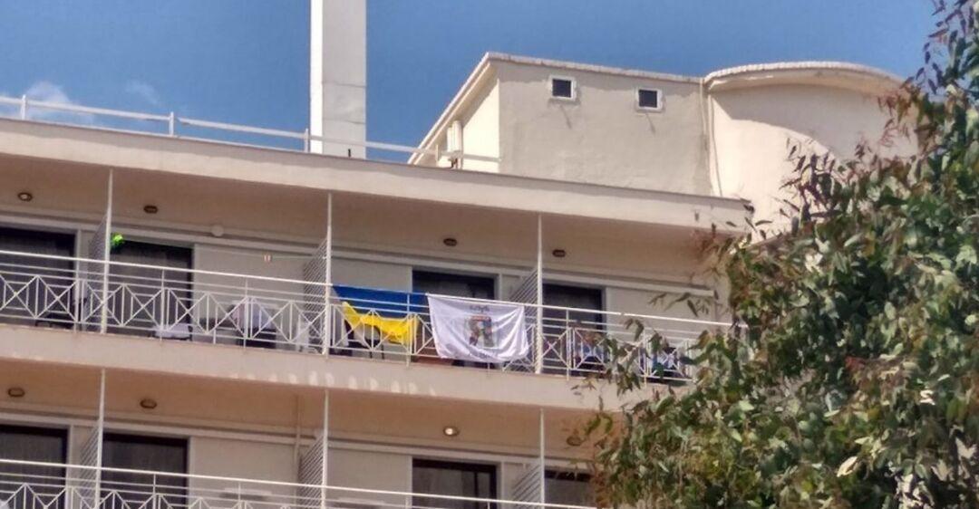 Выгнали детей из-за флага! Популярный отель Греции попал в громкий скандал с украинцами