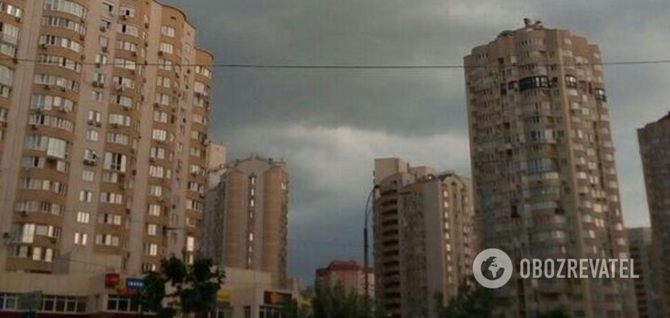 В Киеве ветром сорвало крышу здания: момент попал на видео