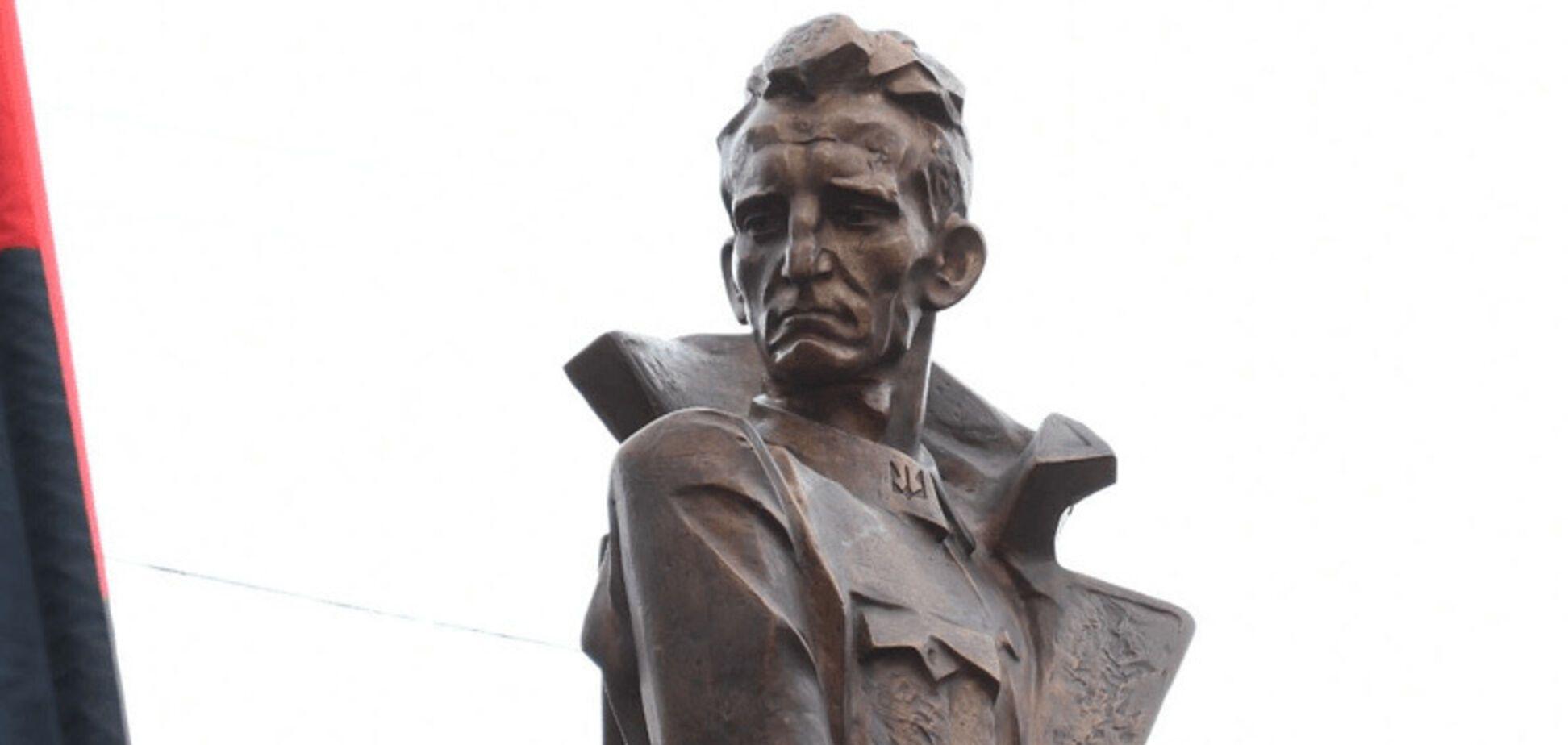 'Лишил жизни десятки тысяч': памятник Шухевичу в Украине вызвал международный скандал
