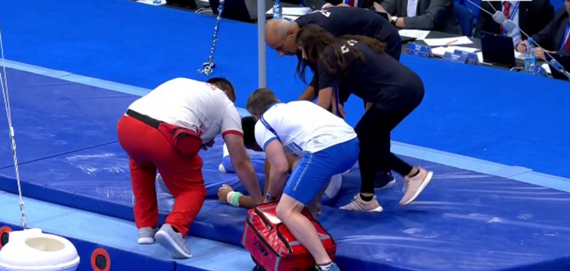 Понесли на носилках: гімнаст на Європейських іграх жахливо зірвався з перекладини - Відеофакт