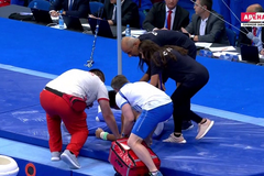 Унесли на носилках: гимнаст на Европейских играх кошмарно сорвался с перекладины - видеофакт
