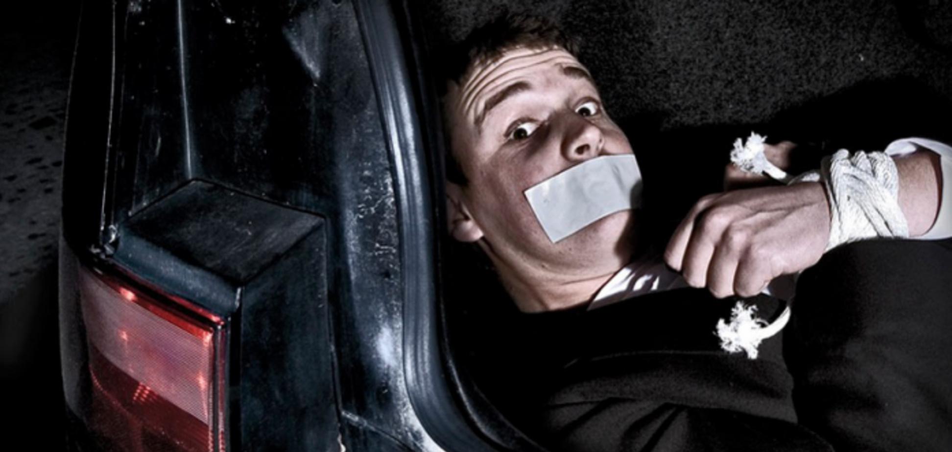 Затолкали в багажник и увезли: в центре Киева похитили человека