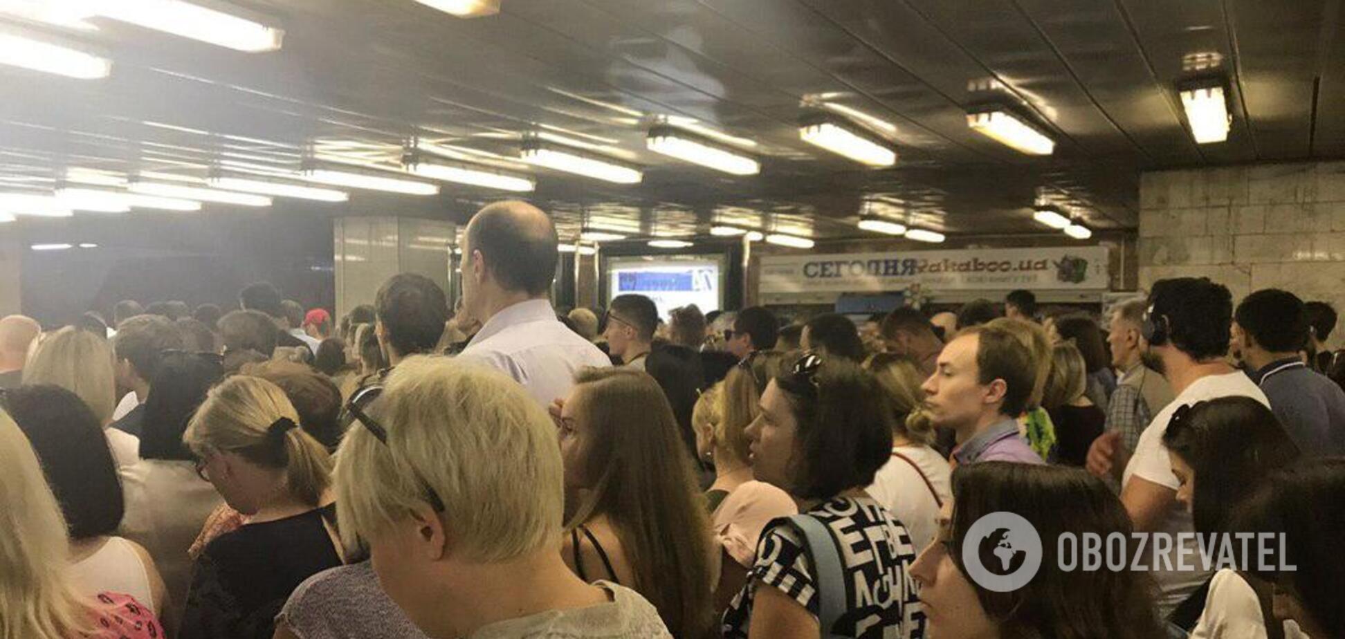Сотни людей в очереди! На станциях метро Киева произошел пассажирский 'коллапс'