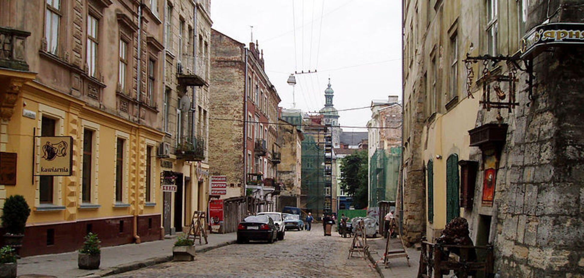 В центре Львова обрушился фасад дома: есть пострадавшие