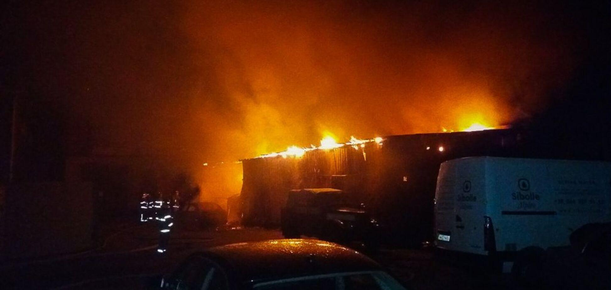 В Киеве на автобазе вспыхнул сильный пожар: несколько авто не спасли. Фото и видео