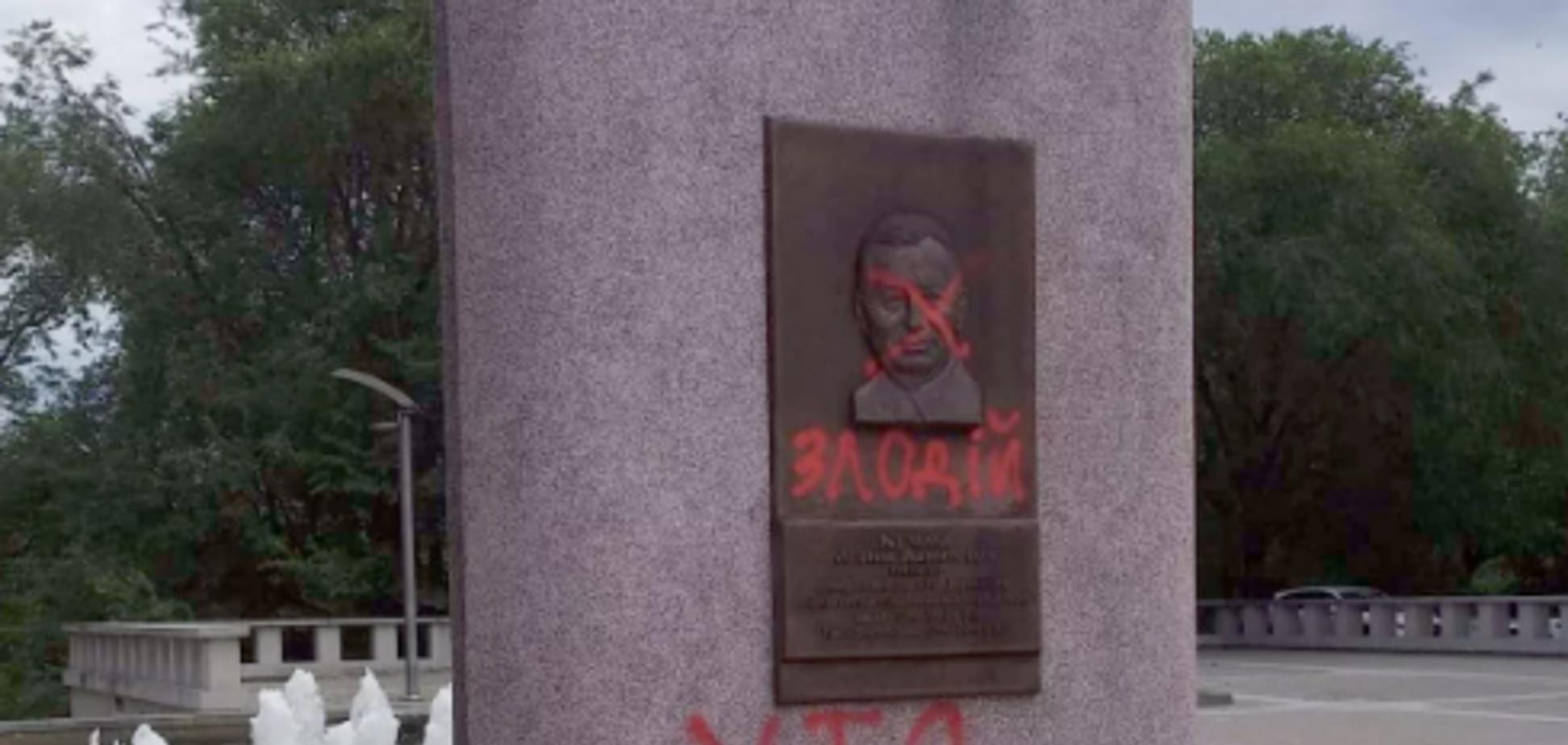 'Преступник!' В Днепре вандалы осквернили памятник президенту Украины. Фото