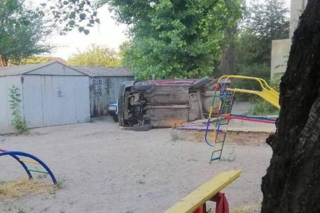 Машина перевернулась на детской площадке