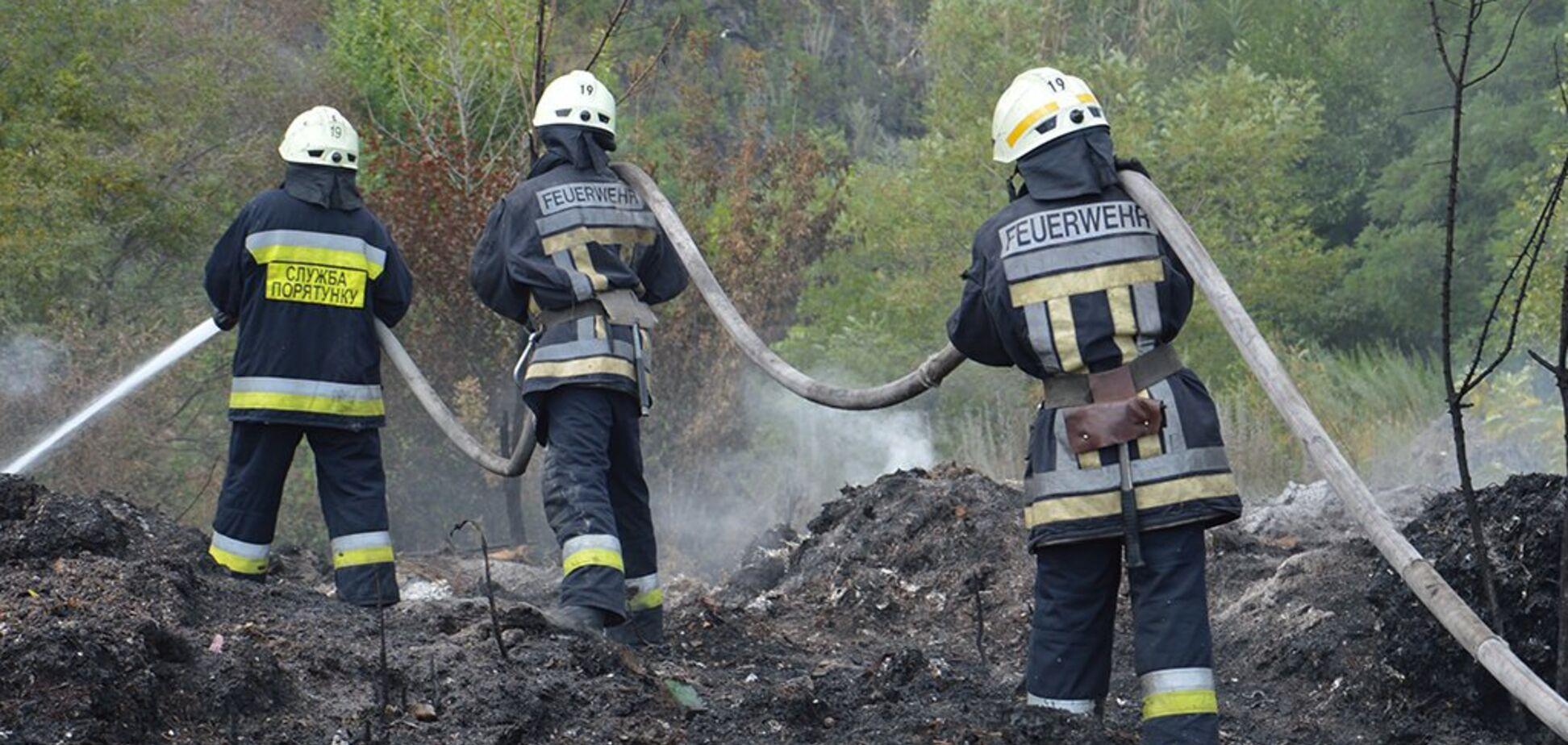 Масштабное возгорание под Днепром: пожар ликвидируют с утра. Видео