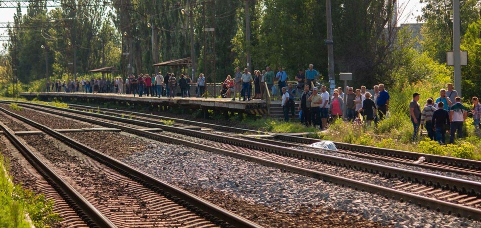 В Днепре поезд насмерть сбил мужчину: жуткие фото и видео